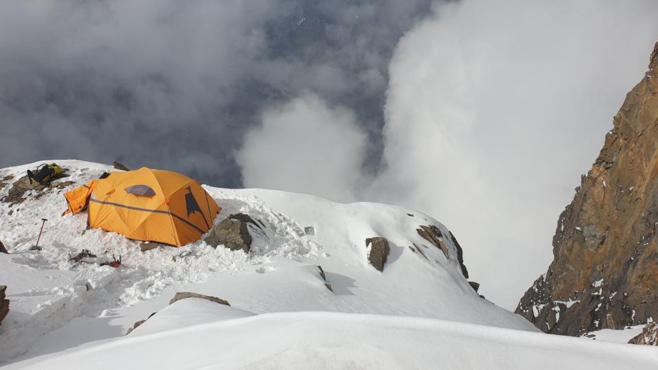 05-Prvy-tabor-na-vrchole-komina.