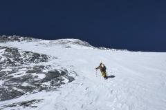 Peter na snehovom poli pod vrcholom Dhaulágirí.