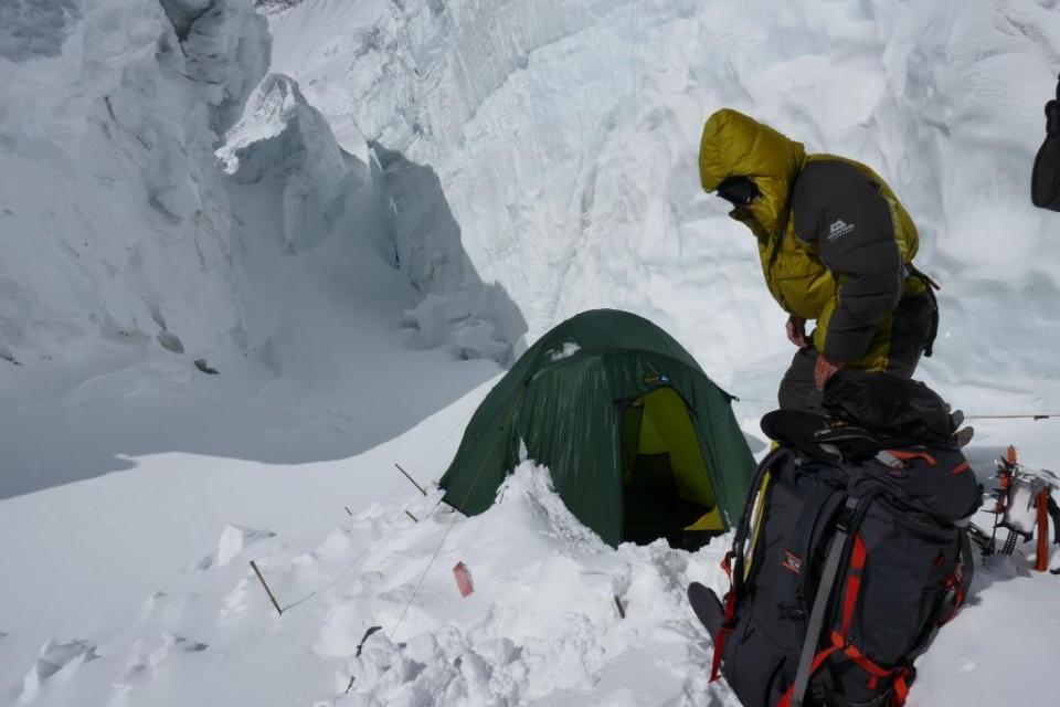 13.Peter pri svojom stane v druhom tábore (6600m).