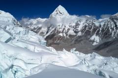 Pohľad na Pumori z  ľadopádu Khumbu.