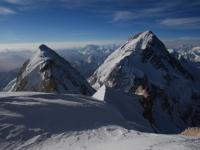 Pohľad na Gasherbrum I a Gasherbrum East z výšky 7 700 m.