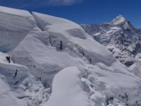 Horia medzi ľadovcovými trhlinami počas zostupu z vrcholu.