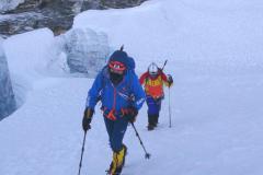 V ľadovci počas výstupu na Island Peak.