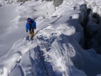 Jedna z ľadovcových trhlín pod vrcholom Island Peaku.