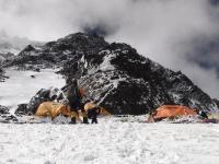 C 2 pod Čiernou pyramídou (6 700 m).