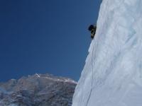 Jedna z ľadovcových bariér na ceste do tretieho tábora.