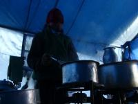 Kamal pripravuje tradičný ranný tibetský čaj.