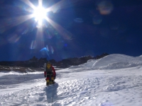 Horná časť steny a skalnatý vrcholový hrebeň Lhotse počas výstupu do C 4.