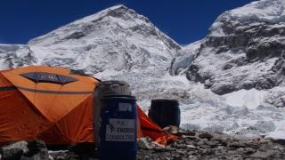 Môj stan pod ľadopádom Khumbu a Západným ramenom Everestu.