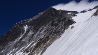 Juhozápadná stena -vrchol Everestu a južné sedlo z výšky 7 000 m.