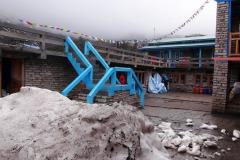 Zasnežená lodge v Sama Gaun.