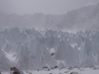 Ľadovec, sneh a vietor.