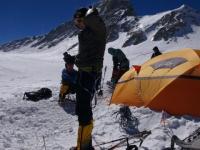 Horia v tábore vo výške 6 800 metrov nad morom.
