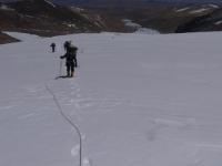 Nepríjemné snehové polia na ceste do druhého tábora.