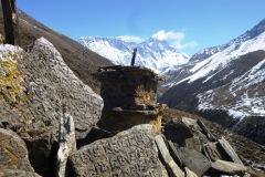Mani stones a južná stena Lhotse s vrcholom Everestu.