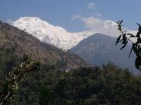 Annapurna South (7 219 m) a dedinka Jhinudanda známa svojimi teplými prameňmi.