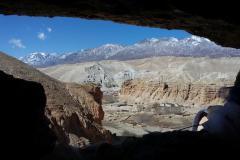 Chhosar z okna jednej z jaskýň Shija Jong.