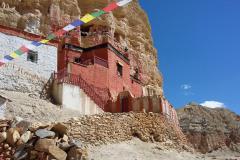 Jaskynný kláštor Nifuk Gompa v dedine Chhoser.