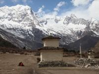 Chorten pred dedinou Samagaon a ohromnú kulisu dotvára Naike Peak (6 211 m).
