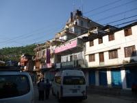 Koniec trekkingu na rušnej ulici v Besi Shahare - zajtra sa konečne zohrejeme v Pokhare.
