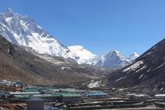 Južná stena Lhotse, Shartse, Island Peak a Cho Pholu z dediny Dingboche.
